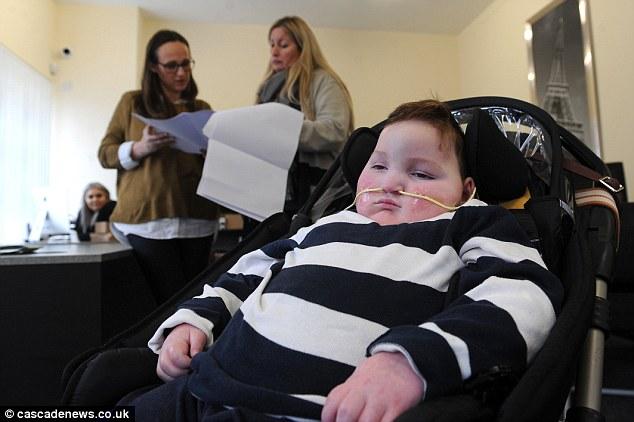 Bé Blake bị khuyết tật bẩm sinh, em không thể nói năng, di chuyển hay đi lại được.