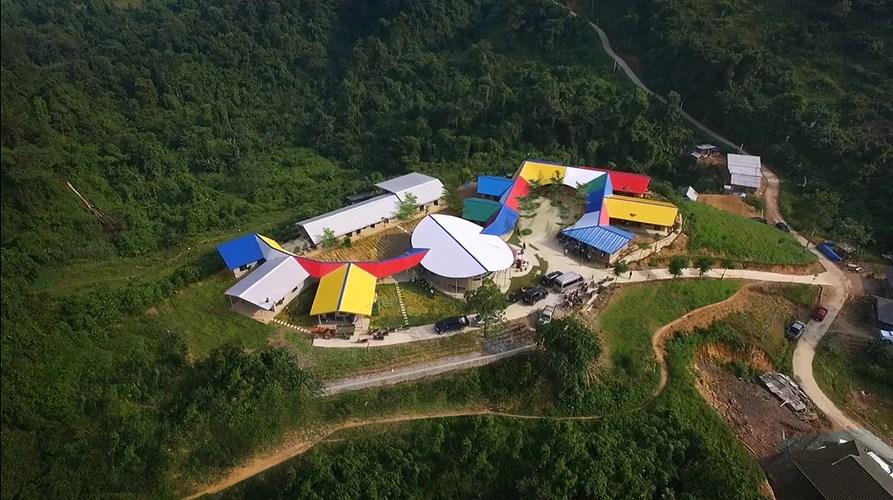 Nhìn từ trên cao Trường tiểu học Lũng Luông giống hệt như một đóa hoa rực rỡ giữa núi rừng.