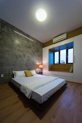Nhờ nằm ở góc nên lợi thế của căn hộ có thể lắp được nhiều cửa sổ giúp ánh sáng tự nhiên tran hòa khắp các phòng.