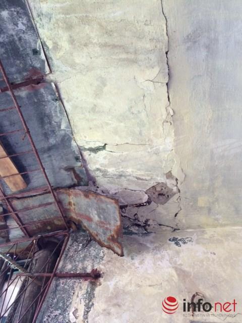 Còn phần mái tầng 5 thì không biết sẽ đổ sập lúc nào....