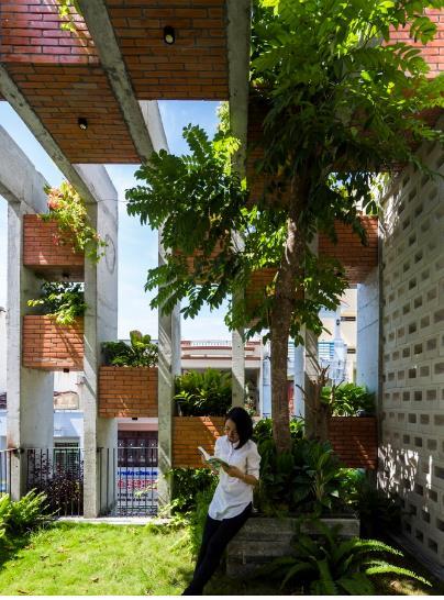 Ngôi nhà còn có cả một vườn cây rợp bóng mát giúp gia chủ có thêm không gian nghỉ ngơi, thư giãn và đọc sách.