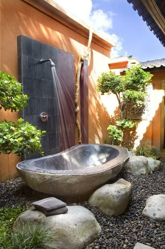 Không gian phòng tắm cũng có thể đặt ngoài trời tràn ngập cây xanh và ánh sáng mặt trời thế này.