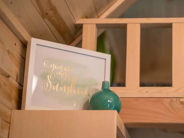 Những đồ vật trang trí nhỏ xinh càng tô điểm thêm cho ngôi nhà.