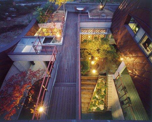 Toàn cảnh khu vườn trên sân thượng với cây xanh được bố trí hài hoà.