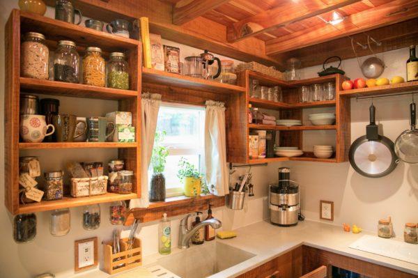 Hệ thống tủ, kệ bếp nơi đây đều được thiết kế mở với những giá gỗ treo vừa thuận tiện cho người nội trợ vừa giúp không gian không bị bí bách.