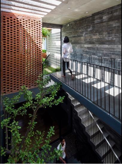 Ngôi nhà với cây xanh, bể bơi, vườn hoa, ánh sáng tự nhiên khiến như có cảm giác đang được tận hưởng cuộc sống như ở resort.