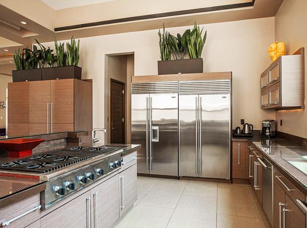 Hai chiếc tủ lạnh không gỉ cỡ lớn nổi bật trong bếp.
