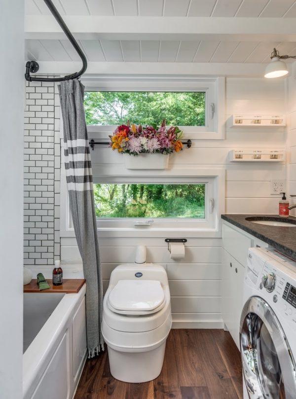 Khu vực nhà tắm được bố trí thành 2 phần dọc theo bức tường, 1 bên chủ nhà đặt bồn tắm còn bên kia là máy gặt và bồn rửa tay. Nhà vệ sinh nhỏ nhắn được để ngay giữa phía cuối nhà.