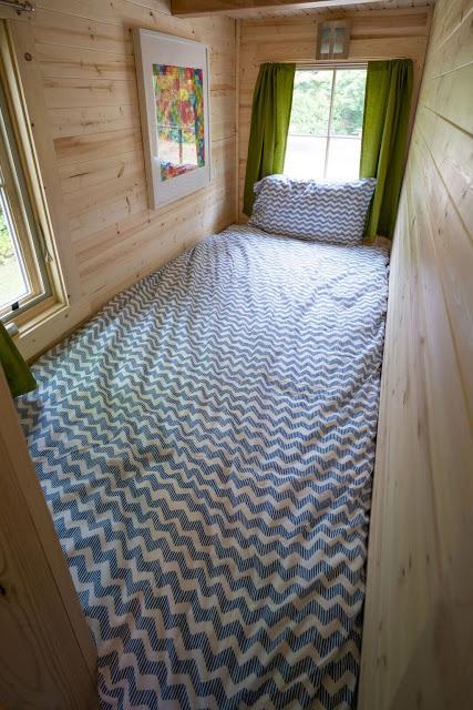 Khu vực nghỉ ngơi dành cho 1 người được bố tại một góc nhỏ phía cuối nhà. Nhờ có tới hai cửa sổ nên không gian nơi đây luôn tràn ngập ánh sáng mặt trời.