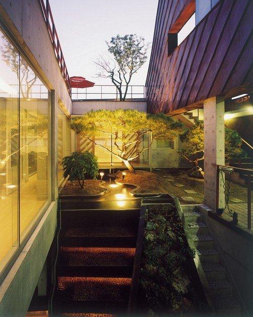 Khu vườn trên mái lãng mạn và ăn nhập với tổng thể không gian xung quanh.
