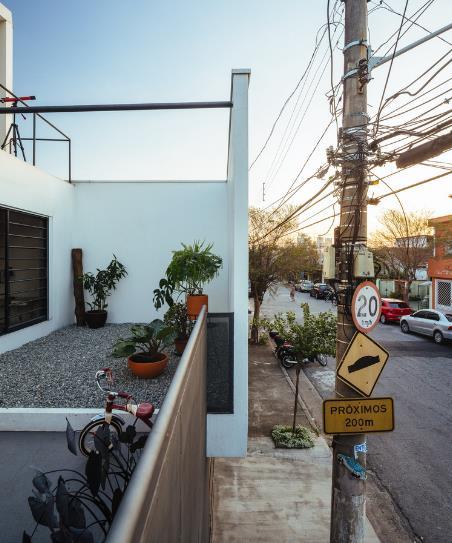 Khoảng vườn nhỏ xinh với những chậu cây cảnh mini trước nhà cạnh phòng ngủ.