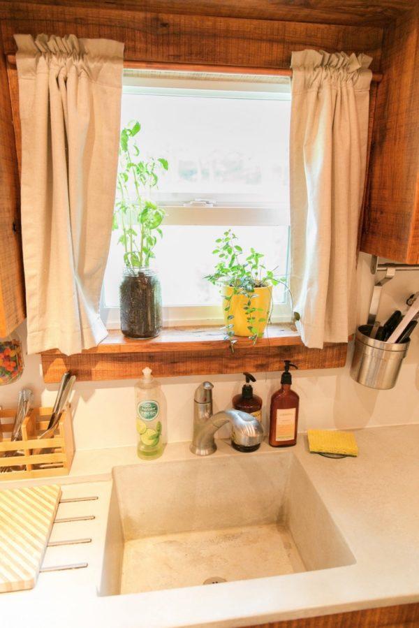 Mặc dù rất nhỏ nhưng bếp ăn của cặp vợ chồng trẻ lúc nào cũng sạch bóng và không thiếu bất kỳ vật dụng nào.