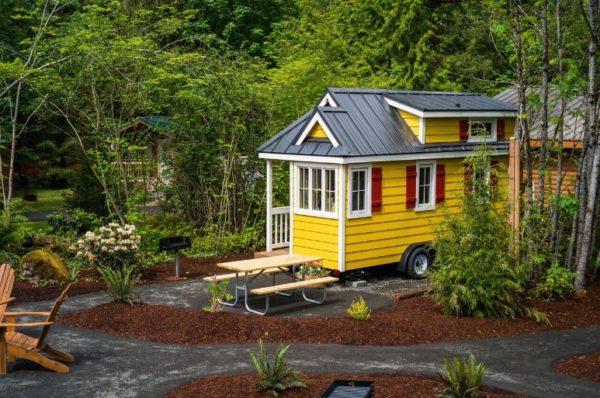 Ngôi nhà nhỏ còn được gắn bánh xe giúp chủ nhà có thể di chuyển đi bất cứ đâu mà họ muốn.