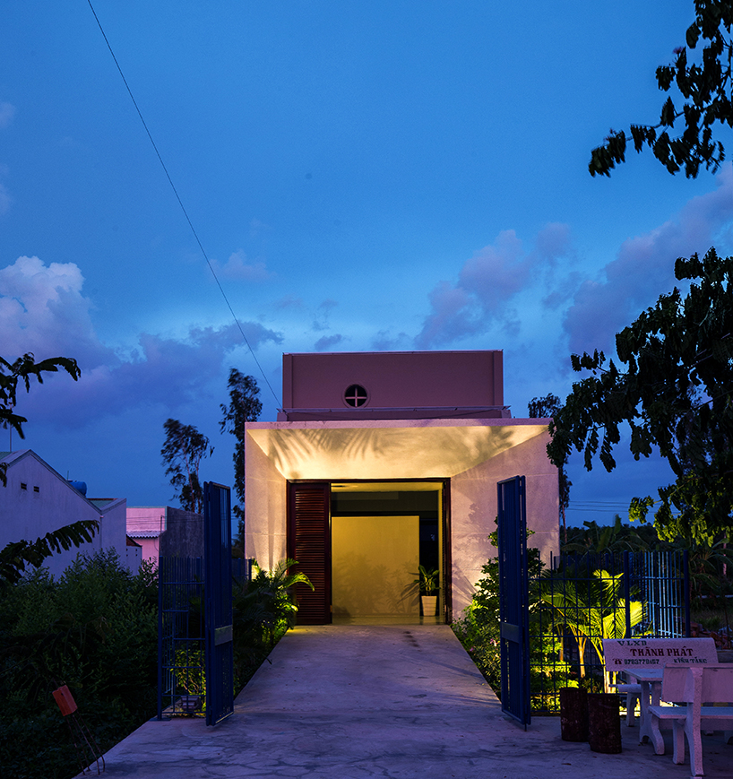 Ánh sáng của căn nhà cũng được thiết kế đặc biệt. Vào ban đêm ánh sáng đủ màu sắc từ dưới lên vô cùng nổi bật.
