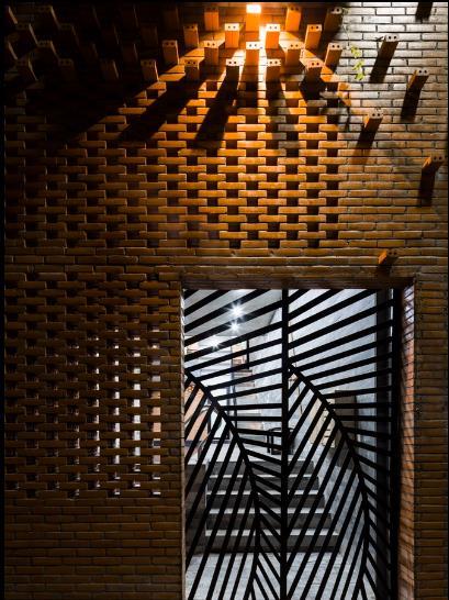 Cửa sổ ngôi nhà được thiết kế lạ mắt với nhiều ô thoáng đón gió và ánh sáng đồng nhất với thiết kế chung của ngôi nhà.