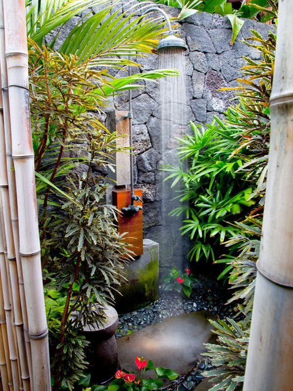 Sự khéo léo được thể hiện ở ý tưởng uốn cong ống dẫn nước, đưa vòi sen đúng nơi có phiến đá.