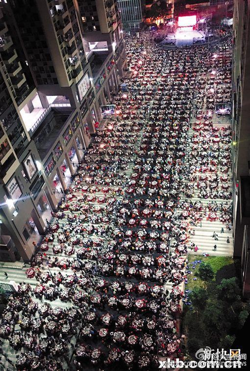 Cách đây 2 năm, tại tỉnh Hà Nam một bữa tiệc tương tự cho hơn 2.000 người tham dự cũng được tổ chức. Chưa hết, ở Trùng Khánh trước đó cũng tổ chức một bữa tiệc mừng năm mới với số người tham dự dài hơn 1 cây số.