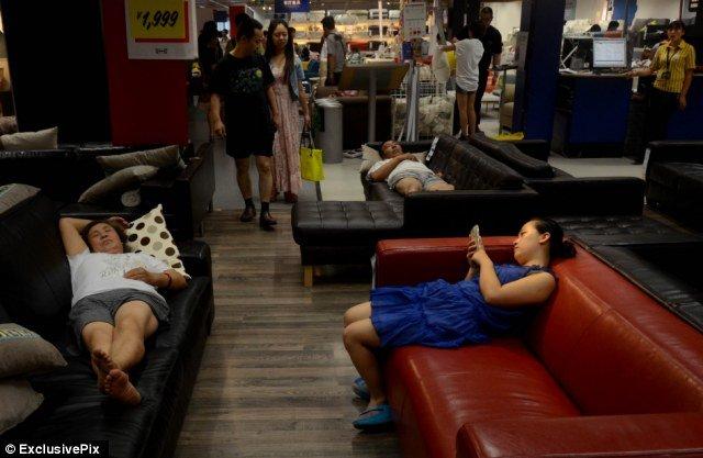 Cứ nguyên bộ đồ ngủ vào siêu thị và... ngủ trưa. Ảnh: Daily Mail