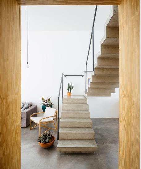 Chiếc cầu thang nhỏ xinh là nơi dẫn lên gác xép của ngôi nhà.
