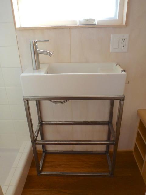 Một chiếc gương lớn đặt ngay trên chậu rửa giúp không gian nơi phòng tắm như được nhân đôi diện tích.
