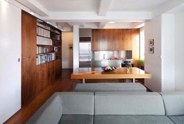 Một chiếc bàn ăn lớn được đặt ngay cạnh bếp và nơi đây khi cần sẽ trở thành không gian đọc sách lý tưởng ngay cạnh giá sách.