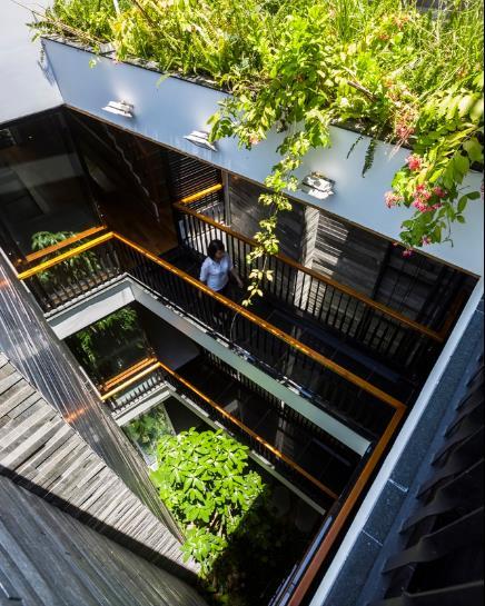 Những hành lang dẫn qua khu vườn ở trung tâm khiến gia chủ cảm thấy yên bình, thoáng mát, yên tĩnh.
