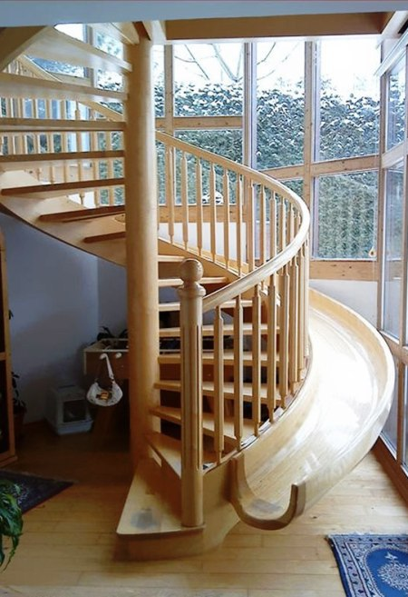 Cầu thang kết hợp máng trượt còn là không gian lý tưởng cho nhà có trẻ nhỏ.