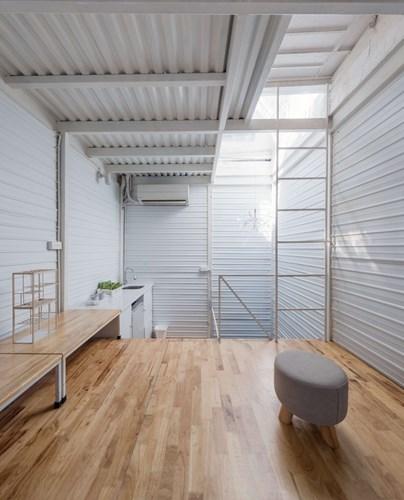 Gác lửng này là khu vực nấu ăn và phòng ăn. Nơi đây được trang bị đầy đủ với tủ lạnh, bếp nấu, bàn ăn…