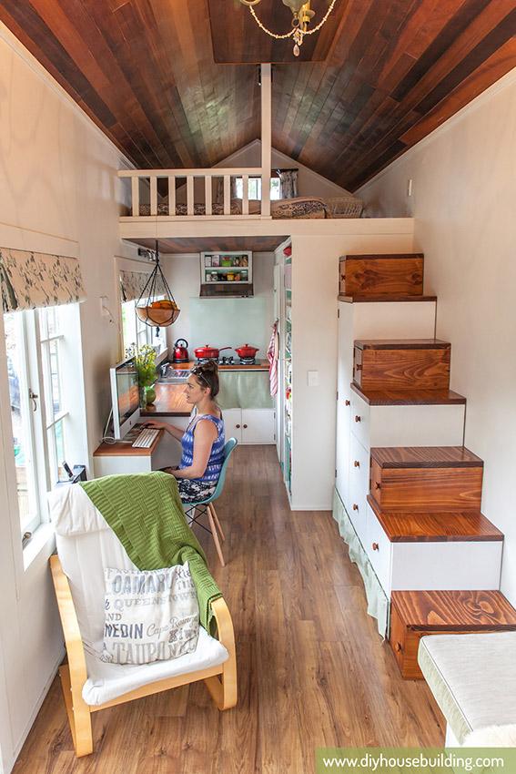 Khu vực nghỉ ngơi của chủ nhà là một gác xép nhỏ nằm trên khu vực bếp nấu và nhà vệ sinh.