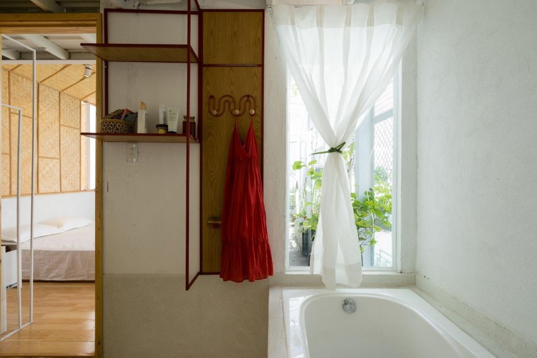Bồn tắm được đặt ngay cửa tràn ngập cây xanh và ánh sáng mặt trời.
