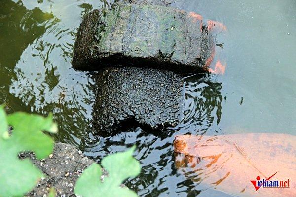 Một cống thải bị gãy đôi nằm vất vưởng trên đoạn đường Nguyễn Đình Thi