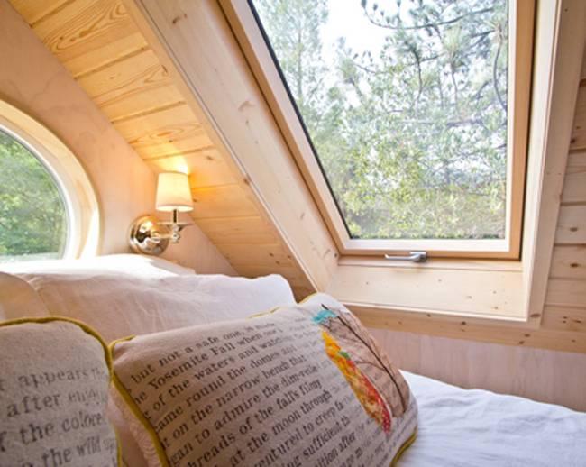 Góc nghỉ ngơi riêng tư của chủ nhà được bố trí trên gác xép. Nơi đây còn được lắp những cửa sổ kính giúp không gian rộng thoáng và tràn ngập ánh sáng tự nhiên.