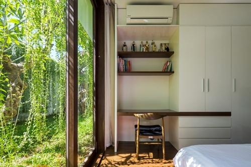 Phòng cho em bé với góc học tập thoáng sáng bên cạnh khu vườn nhỏ.