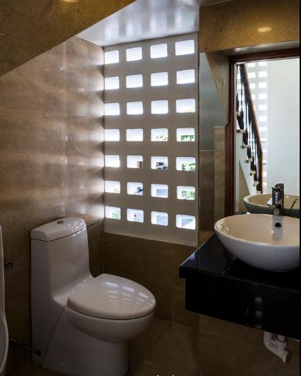 Khu vực vệ sinh cũng được thiết kế với những ô thoáng giúp không gian nhỏ bé này luôn mát mẻ và sạch sẽ.