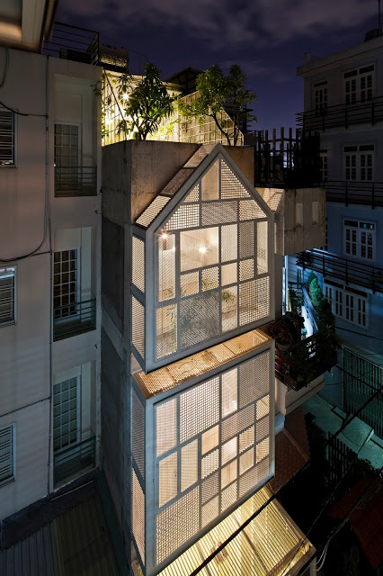 Ngôi nhà nổi bật giữa khu phố với ánh điện khi về đêm.