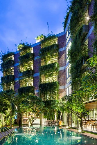 Khách sạn Atlas Hotel lung linh với ánh sáng điện khi về đêm.