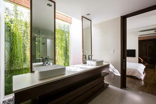 Khu nhà tắm rộng thoáng với tầm nhìn hướng ra vườn.