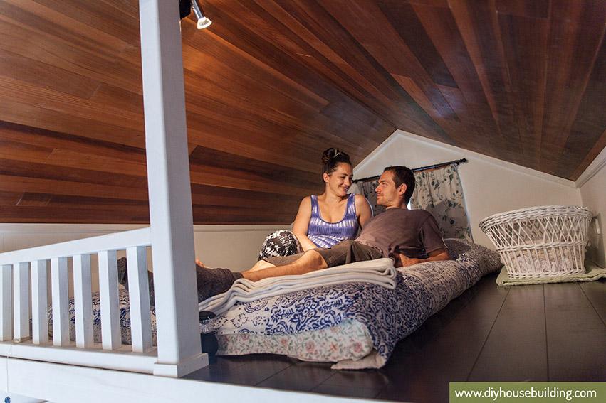 Không kê giường như những phòng ngủ thông thường vì hạn chế về diện tích, phòng ngủ của cặp vợ chồng trẻ đơn giản chỉ trải đệm và phủ ga.
