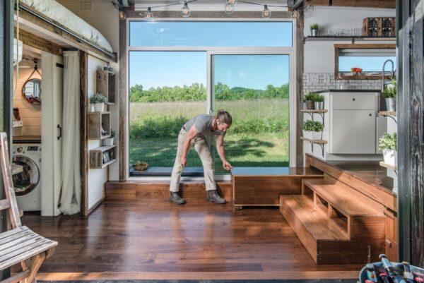 Ngay lối vào nhà bình thường là khoảng không thoáng rộng tuy nhiên khi cần có thể biến hóa thành khu vực ăn uống cho rất nhiều người.