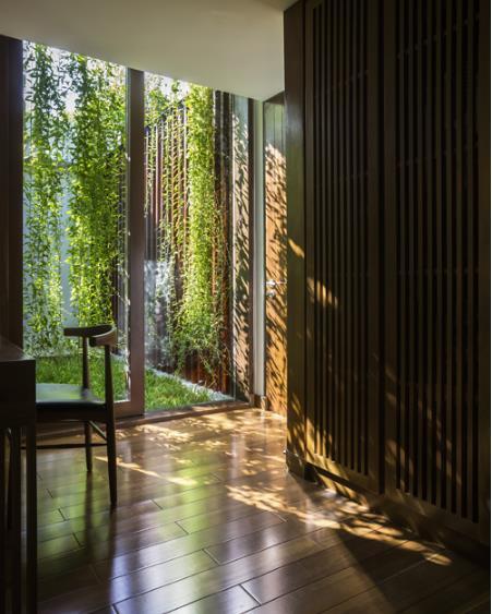 Màu nâu của gỗ kế hợp với màu xanh của cỏ cây tự nhiên tạo nên không gian yê bình, thư thái.