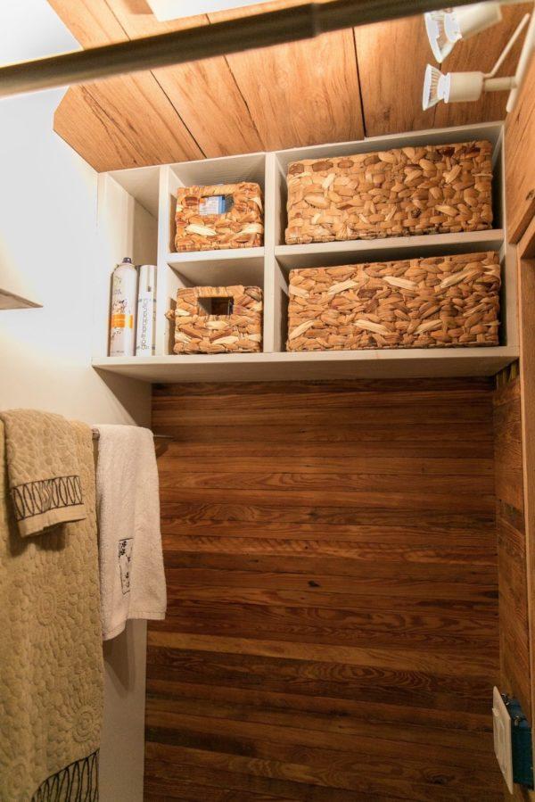 Không gian nơi đây cũng được tận dụng tối đa với những kệ trữ đồ.
