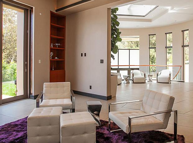 Các căn phòng đều sử dụng nội thất màu trắng đồng đều với nhau.