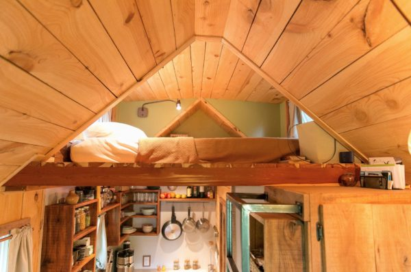 Ngay bên trên khu vực bếp và nhà tắm là gác xép nhỏ làm nơi nghỉ ngơi của 2 vợ chồng.