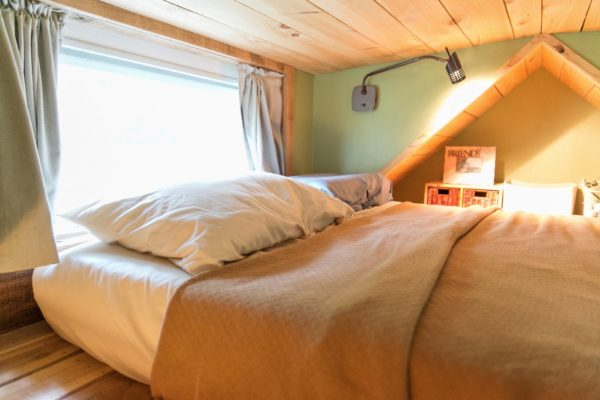 Nơi nghỉ ngơi tràn ngập ánh sáng và rất riêng tư cho chủ nhà.
