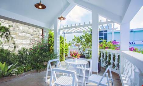 Cùng với một khoảng sân vườn nhỏ, giúp hòa mình với thiên nhiên.