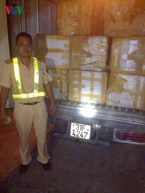 Bắt giữ xe tải chở 10.000 que kem Tràng Tiền giả  - Ảnh 1.