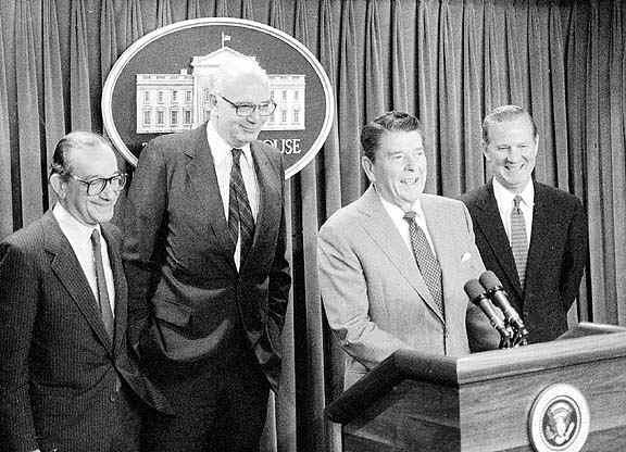 Ông Alan Greenspan (ngoài cùng bên trái) cùng Tổng thống Mỹ Ronald Reagan (đang phát biểu) năm 1987