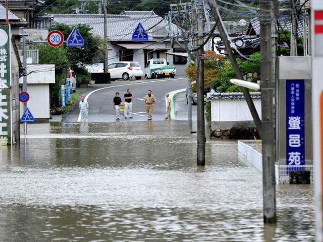 Môt con đường ở Nobeoka, tỉnh Miyazaki bị ngập sáng 20-9 - Ảnh: KYODO NEWS