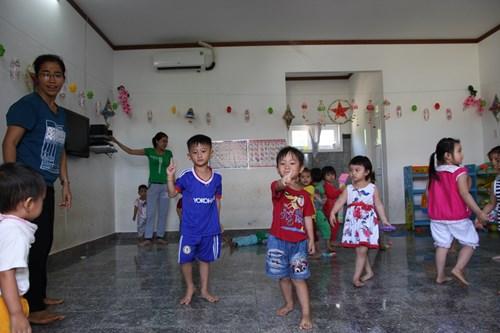 Những em bé, con của cán bộ, công nhân viên đang làm việc trong các đồn điền cao su của Tập đoàn Hoàng Anh Gia Lai ở Attapeu được các giáo viên ở đây nuôi dưỡng, chăm sóc. Ảnh: Nghi Điền