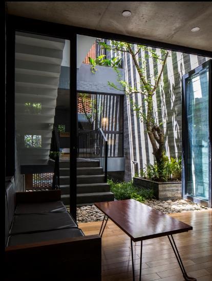 Khu vực phòng khách thoáng đãng và tràn ngập ánh sáng tự nhiên được bố trí cạnh một khu vườn nhỏ.